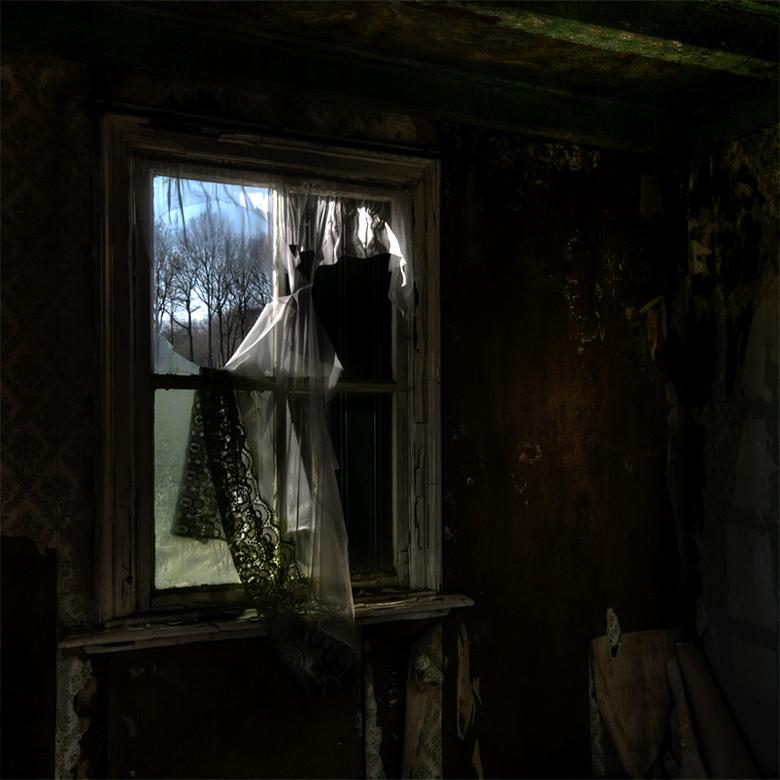 naaister gevraagd - vernaggeld raam in vervallen boerderij Ruurlo