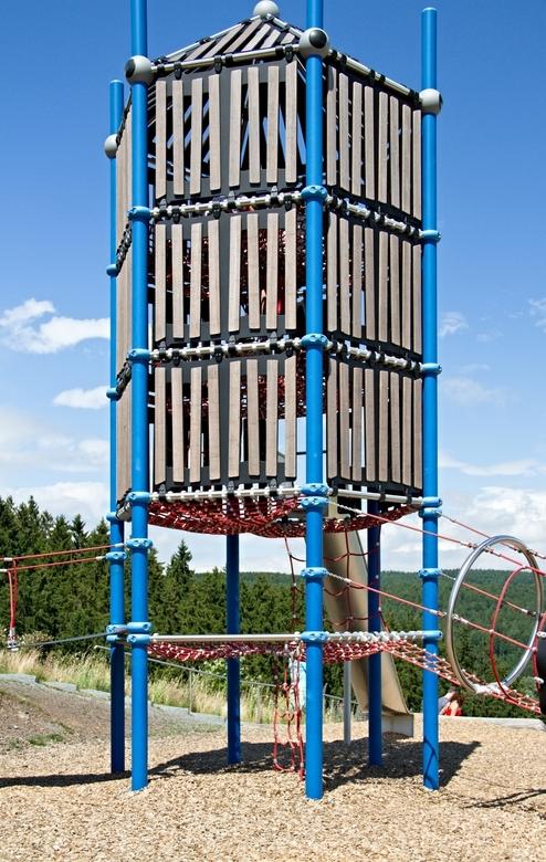 Klimtoren met steile glijbaan.