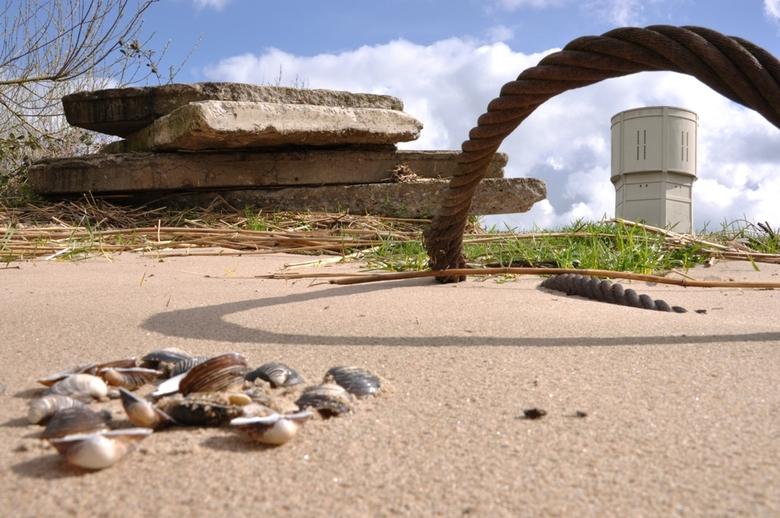 watertoren in beeld vanaf strandje - dankzij het kikkerperspectief kreeg ik de watertoren mooi in beeld, zoals u ziet speelt het licht (d.m.v. schaduw