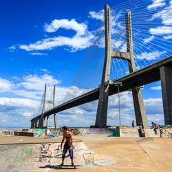 Vasco da Gama brug met skateboarders, Lissabon