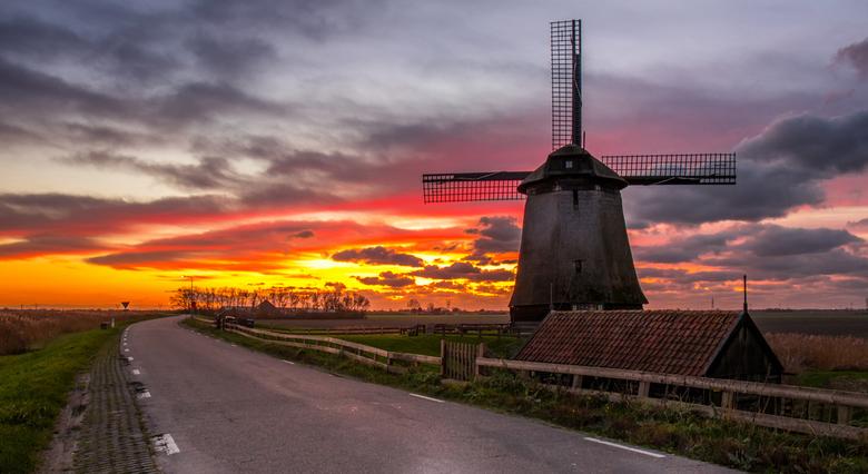 Sky on fire - Één van de 3 Shermermolens in Schermerhorn-Noord-Holland. 23NOV2020 .