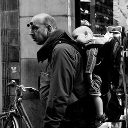 Straatfotografie, hangend kindje