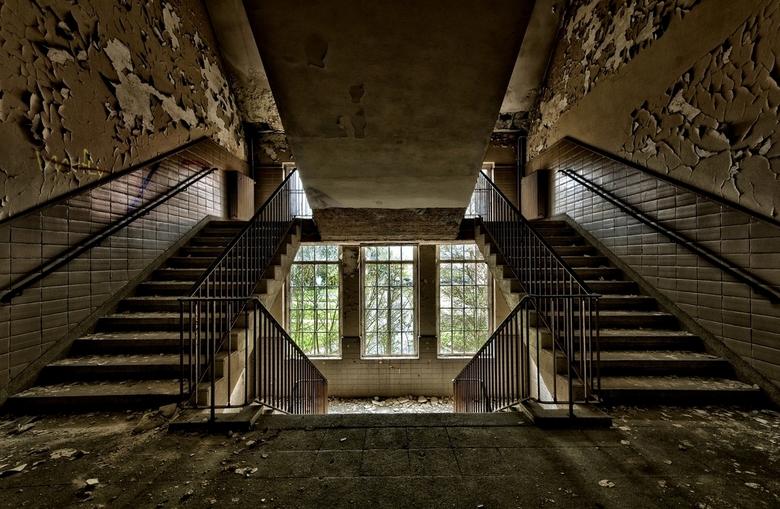 Urban Stairs - Trapportaal in een oude kazerne van begin 1900 ergens in Duitsland.