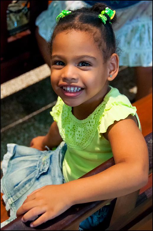 Cuba 94 - De moeder van deze jonge dame had haar handen vol aan haar, om haar maar vooral bij haar in de kerkbank te houden. Ze vond het maar al te in