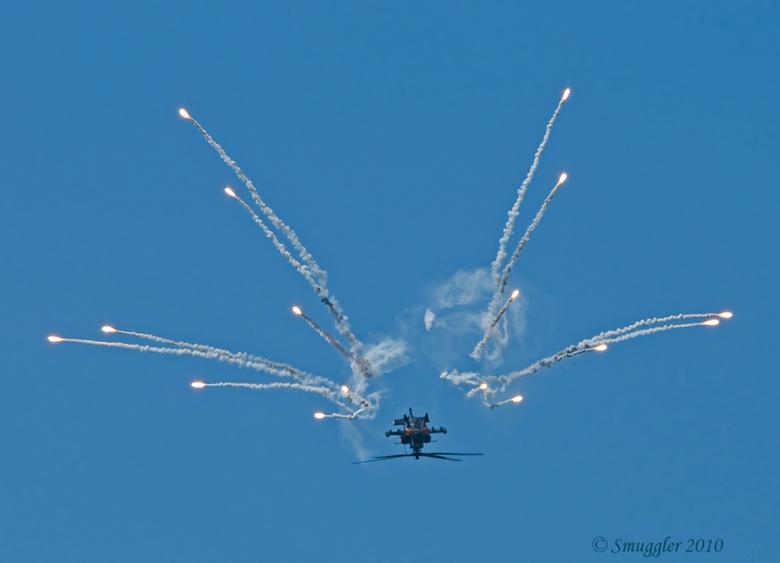 Apache GR 2 - De Apache helicopter die vanmidddag aan het oefenen was, demonstreerde o.a. dat hij als een kurketrekker om zijn as kan vliegen, een loo