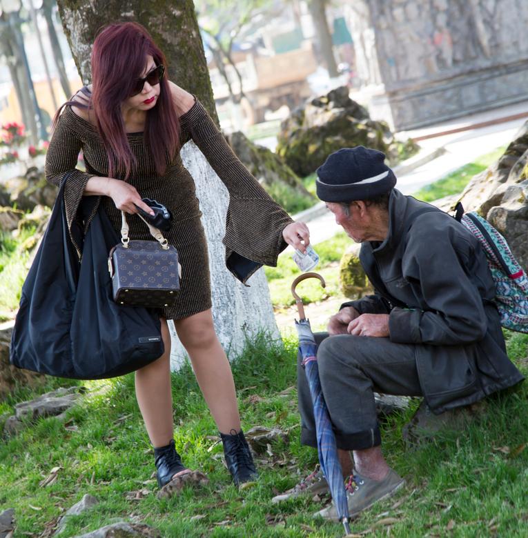 Barmhartige Samaritaan.  - Barmhartige Samaritaan die een zwerver/dakloze wat geld geeft voor eten of wat dan ook.