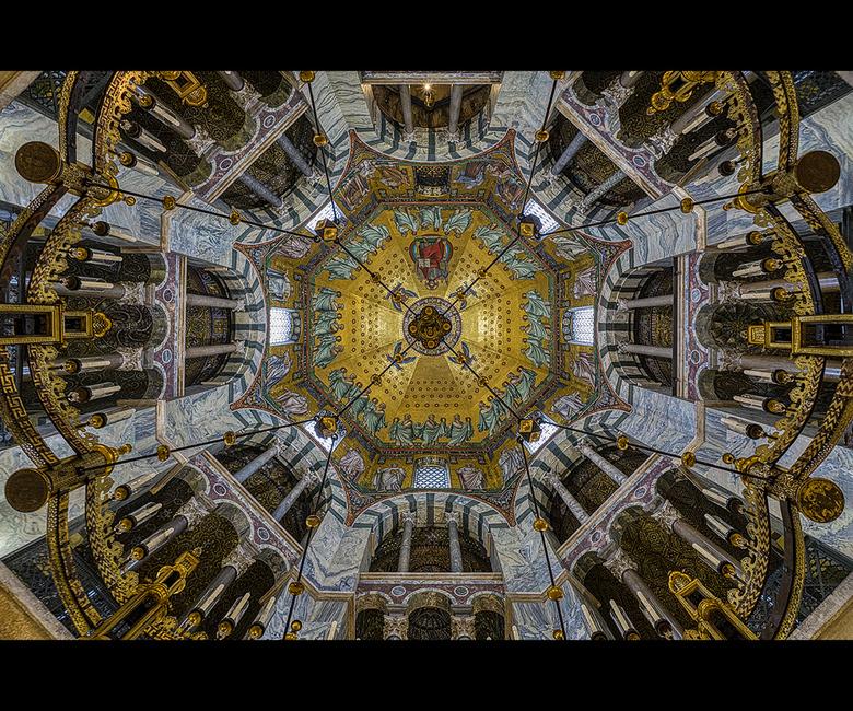 Plafond van de Dom in Aken - De Dom in Aken is een schaterende kerk en met name het plafond is magnifiek.<br /> <br /> Groet Piebe