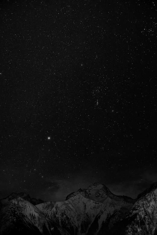 nacht in de Alpen - De sterren laten zich zien boven de bergen van Les Deux Alpes