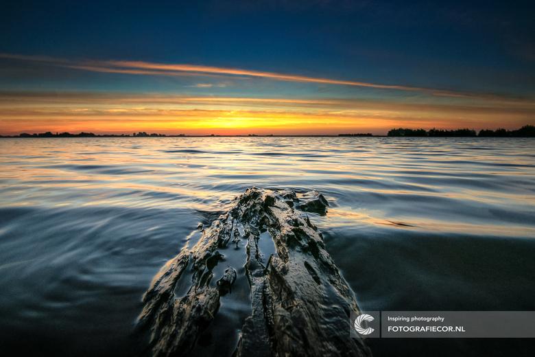 """Langs de randmeren van Flevoland - De stilte, kabbelend water en deze heerlijke zonsopkomst. Dan is je dag toch gewoon heerlijk begonnen<img  src=""""/im"""