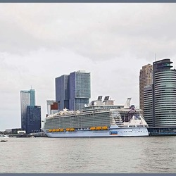 Harmony of the Seas en Rotterdamse Skyline