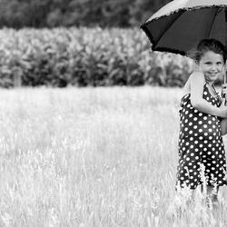 zusjes in de regen