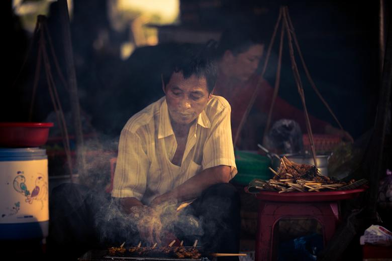 grillmaster - Op de lokale markt kon je genieten van de lekkerste en verste gerechten. Een beetje rook en een mooie lichtinval was alles wat deze foto