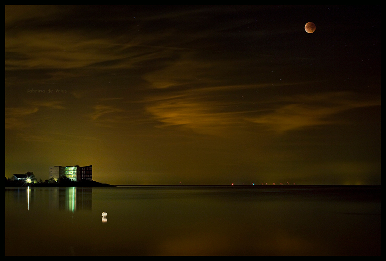 Bloedmaan 28 september 2015 - Ondanks dat ik niet de ideale spullen heb voor nacht/landschap fotografie wilde ik van dit unieke voorkomen van de maan