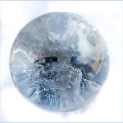 Glazen bol in de sneeuw