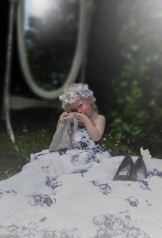Meisje in trouwjurk van moeder - In moeders trouwjurk