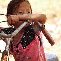 LAOS  Meisje met Fiets