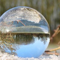 Glazenbal in de sneeuw