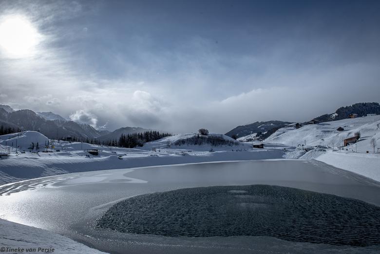 It's Winter - Heerlijk gewandeld en dan kom je dit tegen. Klein kunstmatig meertje in de bergen. Mooie bewolking, wat zon erdoor. Water wat nog niet h