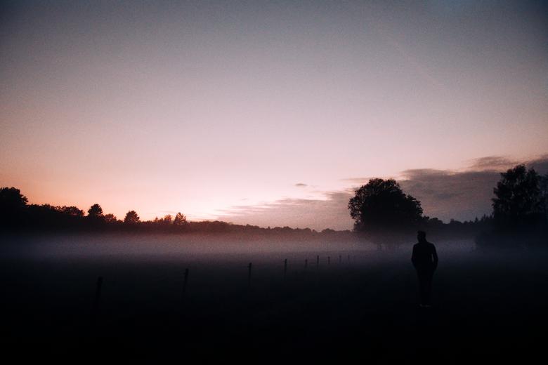 ''Man in the mist.'' - Tegen de avond veranderde het landschap in een mysterieuze plek door de mist.