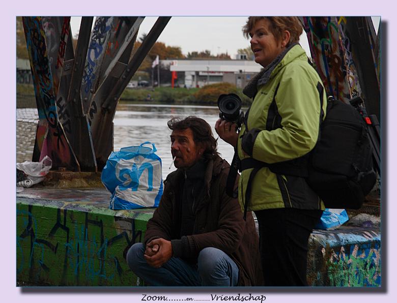 Zoom ...... friends - Zoomers maken met iedereen wel een praatje,en een plaatje,  ook al is het een dakloze.<br /> Wie is toch die vriendelijke Zoome