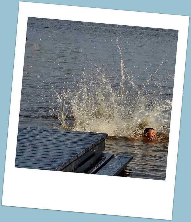 Vakantie is genieten! - ZAANDIJK - . . .zwemmen in de Zaan.