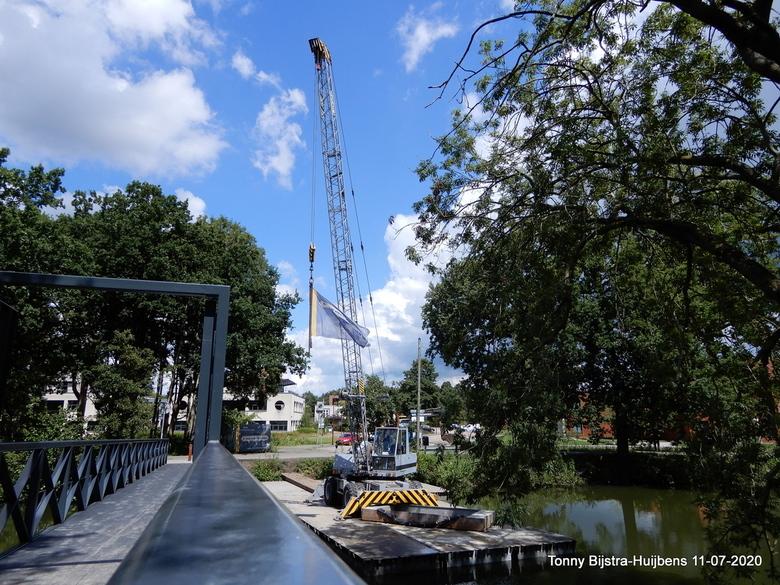 nieuwe loopbrug - vrijdag jl werd de nieuwe loopbrug tussen het Fort en kantorenwijk Plettenburg ge-opend. het is best mooi geworden, vooral omdat er