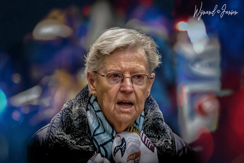 Elderly lady still full of colorful - Kleurrijk genieten zolang het nog kan.