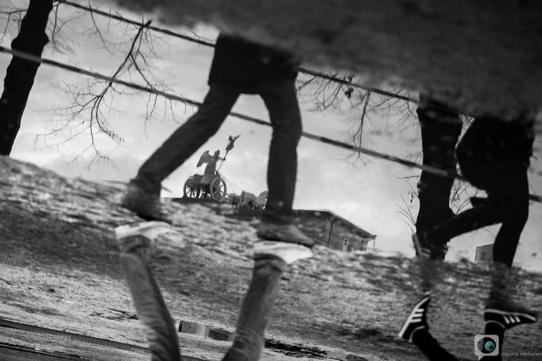 Small Step for Man... - Bijna 25 jaar geleden stond de Brandenburger Tor in niemandsland. Dit jaar lijkt men daar gemakkelijk overheen te stappen...