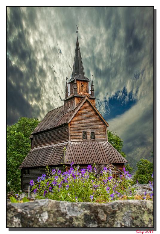 Staafkerk Kaupanger - Zo oprijzend vanachter de viooltjes op de muur rond het kerkhof stond de kerk er wel aardig bij, maar de lucht was egaal grijs e