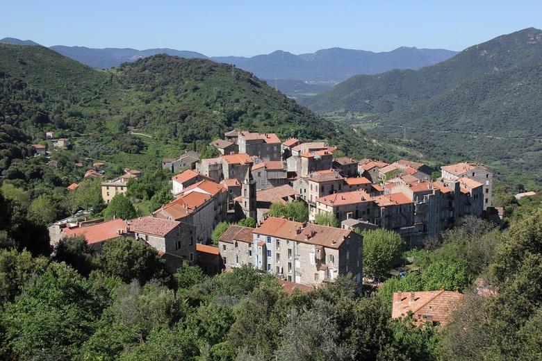 Corsica - Levie - Een geweldig uitzicht over de plaats Levie op het eiland Corsica.