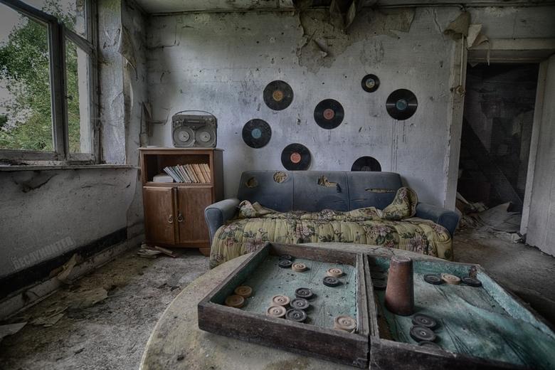 Vinyl plaza - Een kleine, verlaten villa met enkele leuke LP's tegen de muur. De enige ruimte die iets of wat de moeite was van onze urbextrip