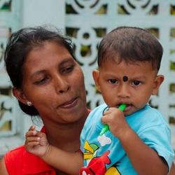 Moeder met kind (Sri Lanka)