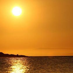 wandelend in de zonsondergang