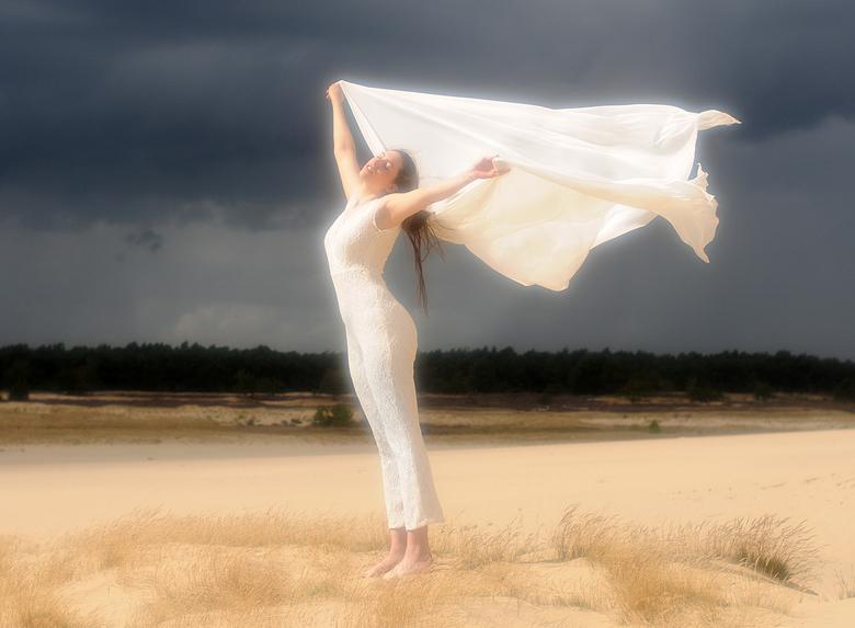 Isa met doek - Isa in de Loonse en Drunense duinen.<br /> Het waaide toen echt hard, en op de achtergrond was de lucht mooi donker.  <br /> Voor de