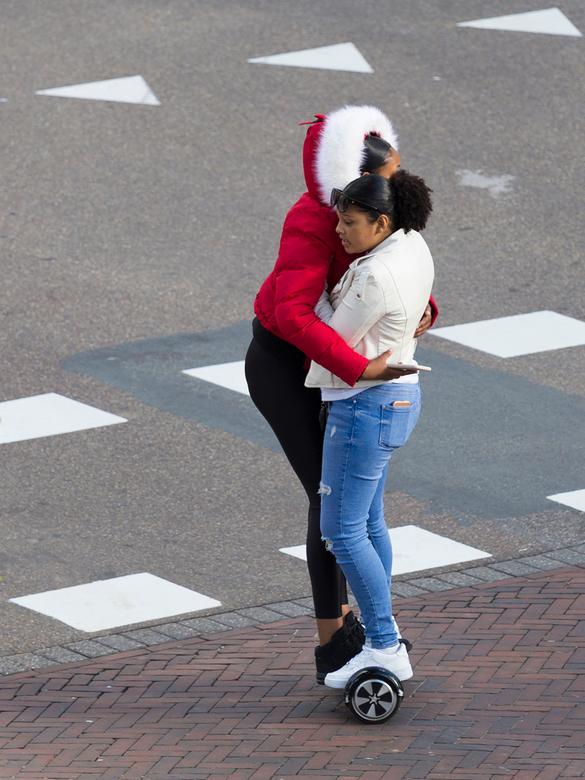 It takes two to tango - Twee meisjes op een hoverboard alsof ze op de dansvloer staan. Dat is al een hele kunst maar dan ook nog je Smartphone in je h
