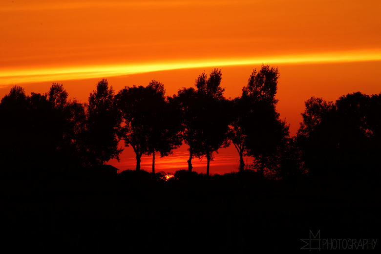"""Zonsondergang - Wat een prachtige zonsondergang, om helemaal bij weg te dromen! Genieten! <img  src=""""/images/smileys/smile.png""""/><br /> <br /> Mooi"""