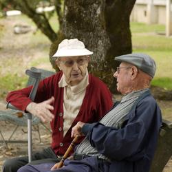 Samen lekker kletsen op een bankje.