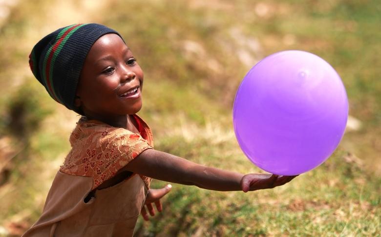 Meisje met ballon - Genomen tijdens rondreis in Oeganda, nadat we ballonnen hadden uitgedeeld.<br /> <br /> Fantastisch om te zien hoe dit meisje he