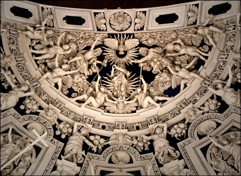 ruggelings :-).. - detail van het prachtige<br /> plafond in de Dom van Trier...<br /> geen enkel beeld is hetzelfde..<br /> <br /> om deze foto t
