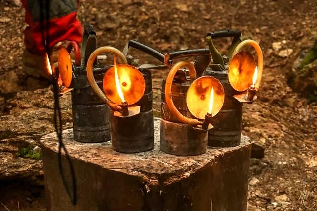Carbidlampjes - Voor de toegang van de ijsgrot worden er lampjes uitgedeeld, die voor de verlichting in de grot moeten zorgen.