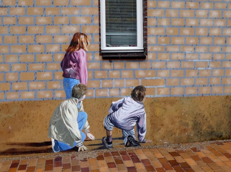 Spelende kinderen - …Gisteren plaatste ik ook een muurschildering met ouders op een balkon. <br /> Nu wil ik even laten zien waar de ouders naar keke