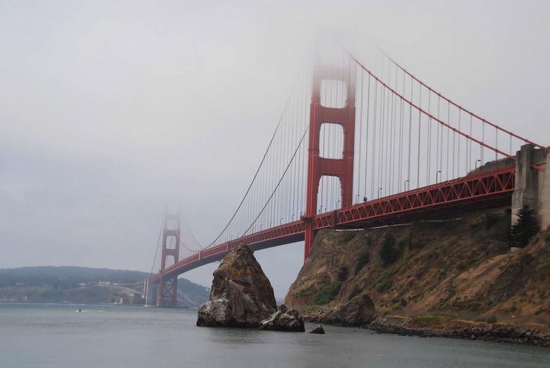 In de mist.... - Zo zie ik de Golden Gate bridge vanuit de mist opdoemen en heb ik hem vast gelegd. <br /> De foto is rond 9 uur &#039;s morgens gema