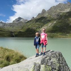 Lucht, bergen, water en twee wandelaars