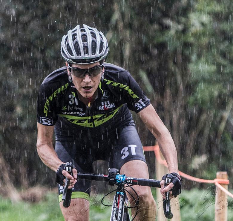 Rain - Grote Prijs Brabant 2014 bij de dames werd vooral in de stromende regen gereden. Hier Christine Vardaros tussen de druppels.....