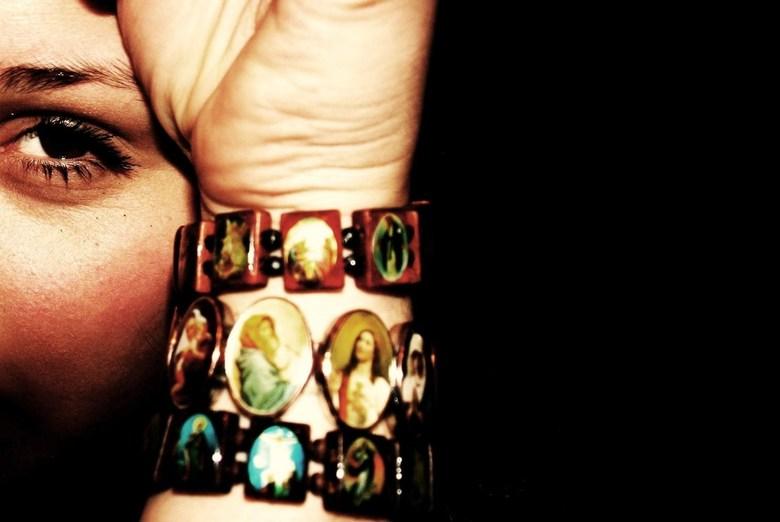 Hiding away - Een foto van mijn vriendin, verstopt achter de armbanden.<br /> <br /> Foto: Pascal van Gemert<br /> Nabewerkt: Vera Mulder