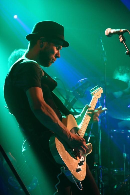 Gitarist in de spotlights - Een gitarist van een bandje die hier tijdens de jaarlijkse feestweek in het dorp op het podium stond. Ik vind de lichtinva