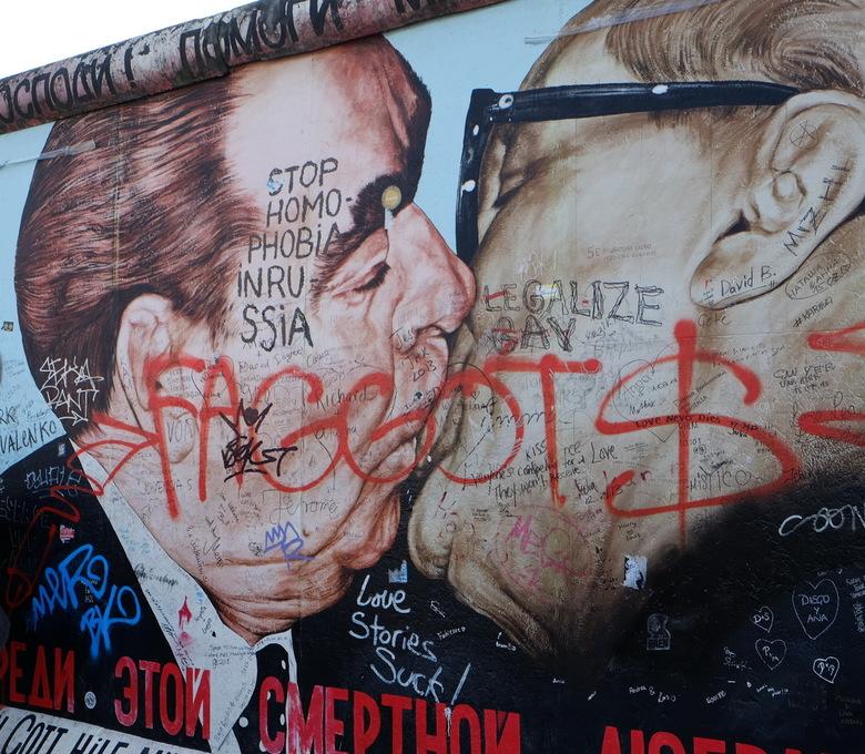 Kiss - Beschildering en graffiti op de Berlijnse Muur. Meerdere lagen kunst en commentaar.