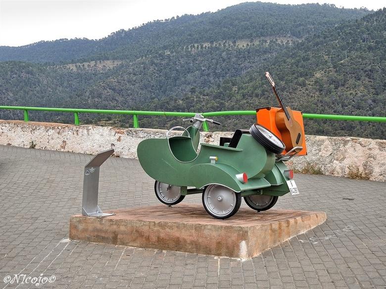 """Op reis...... - """"Amanece, no es poco"""" is een Spaanse comedie, verfilmd in het dorp Ayna, in 1989, over de perikelen v/h dorp en haar bewoner"""