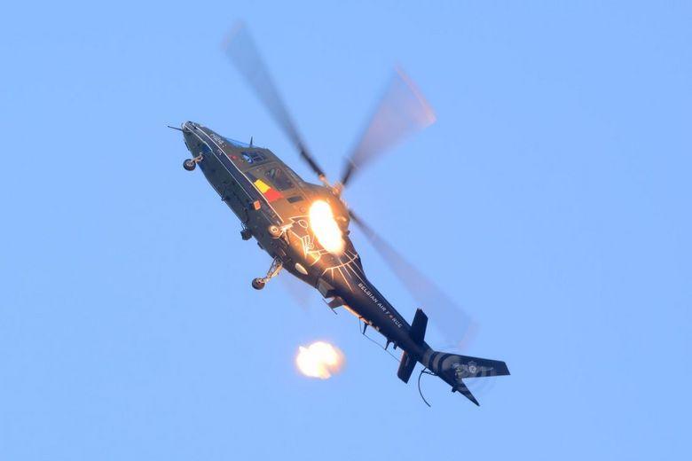 great balls of fire - De Belgische Agusta A109 demo, schiet een paar flares af. Deze grote vuurballen zijn bedoeld om hittegeleide raketten weg te lok