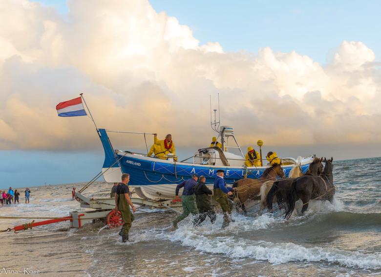 Paardenredding boot spektakel Ameland - De paarden reddingboot van Ameland,<br /> Wat een spektakel om dat mee te maken. De enorm zware boot (+/- 400